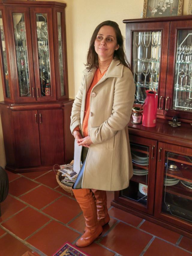 Over the knee, calça de couro marrom, blusão laranja e sobretudo bege