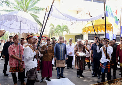 Rapat Paripurna DPRD HUT Lampung ke-55, Gubernur Ridho Disambut Prosesi Adat Kanjauan Agung