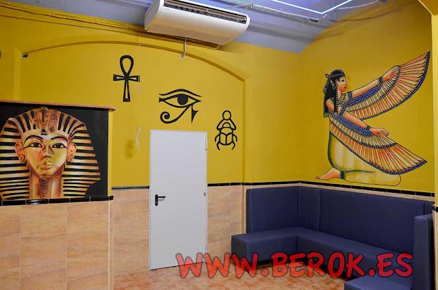 Pintor de murales egipcios en Barcelona