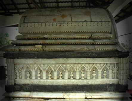 Foto Nisan pada kuburan Raja Islam
