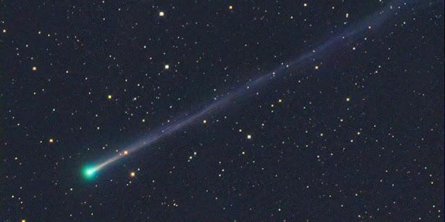 Bulan Meredup dan Komet Melintas, Pandanglah Langit Hari Ini