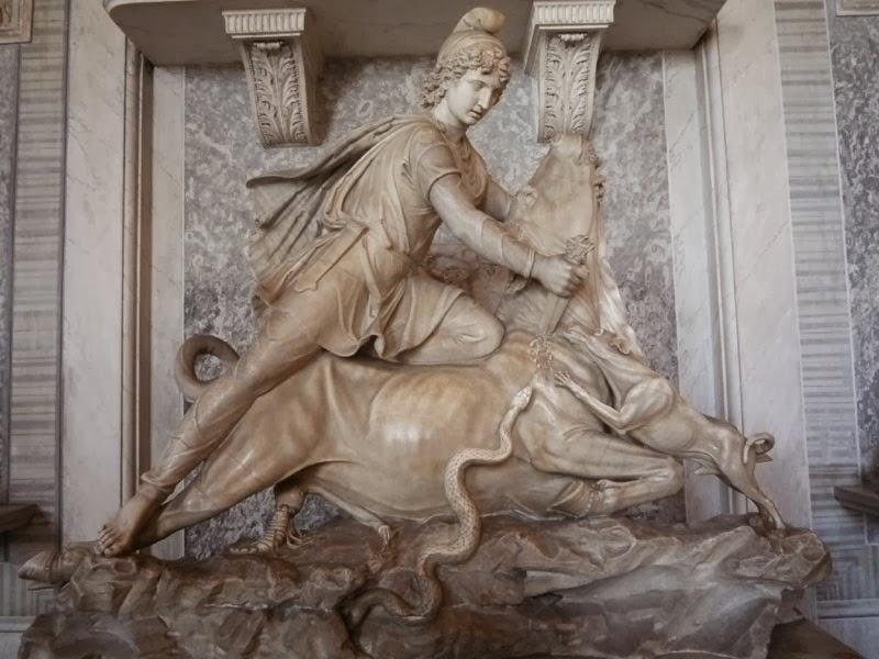 Imagem em mármore de MItra, Museus Vaticanos, com guia brasileira em Roma