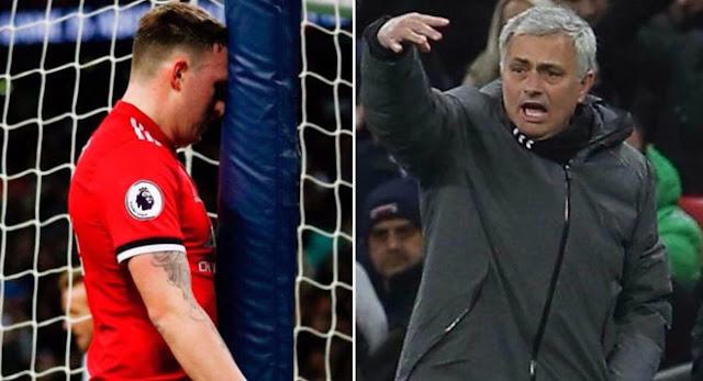 """MU gục ngã: Mourinho nổi điên với hàng thủ, vẫn khen """"thảm họa"""" Sanchez 1"""