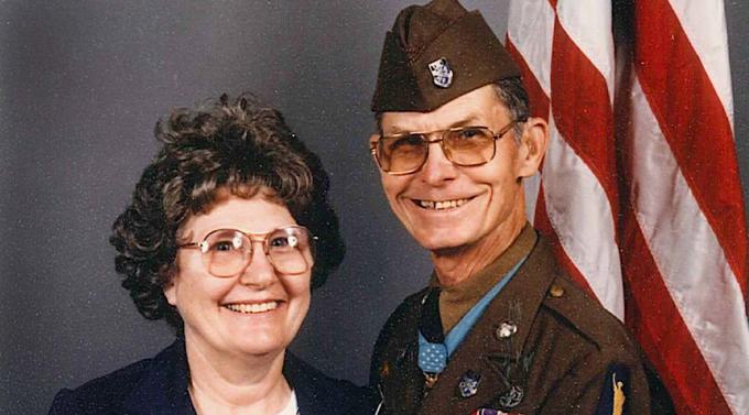 Gambar Desmond Doss dan Isteri