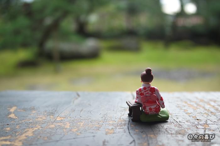 Fuchiko de dos avec vue sur un jardin japonais