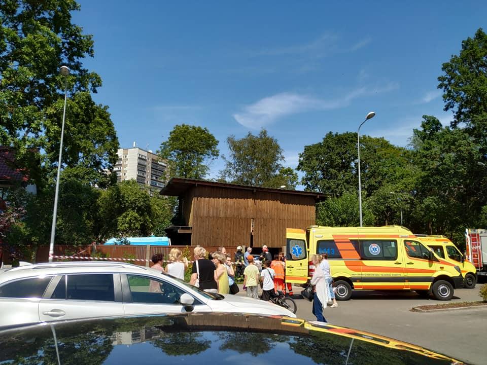 Auto sabrauc cilvēku uz soliņa pie tirdzniecības centra Zolitūdē