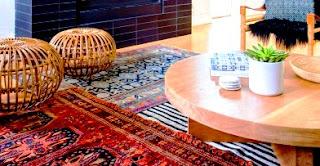 Kenapa anda menggunakan hanya 1 karpet dengan corak menarik dalam ruang tamu atau ruang santai?. Anda bisa menggunakan bahkan 3 karpet untuk menghias ruangan anda. Saya yakin ini akan menambah keindahan ruangan anda.