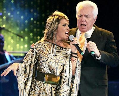 Foto de Enrique Guzmán en el escenario con Alejandra Guzmán