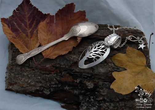 Bandul kalung terbuat dari sendok perak yang dipahat bentuk pohon