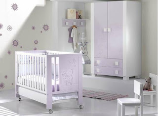 Cuarto para bebé lila y blanco