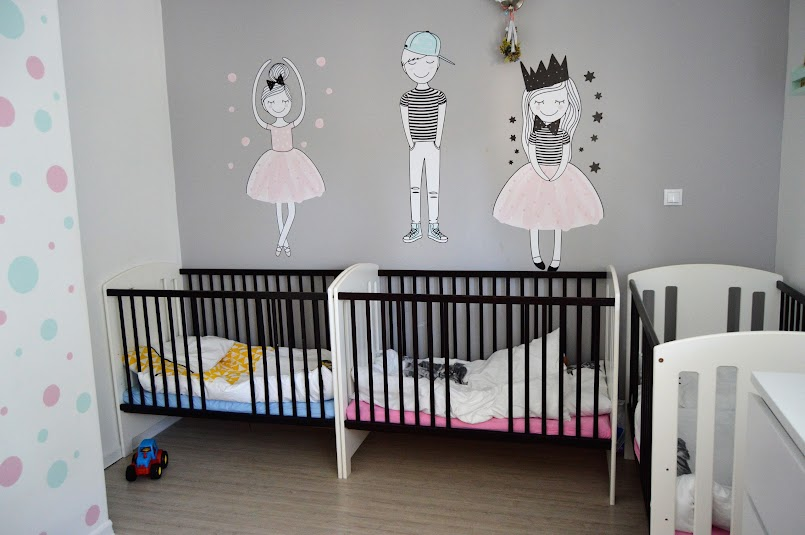 Łóżeczko dziecięce - kiedy obniżyć wysokość, kiedy zmienić na większe? I na jakie?