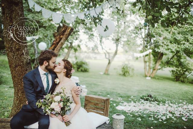 Biało - różowy ślub w plenerze.