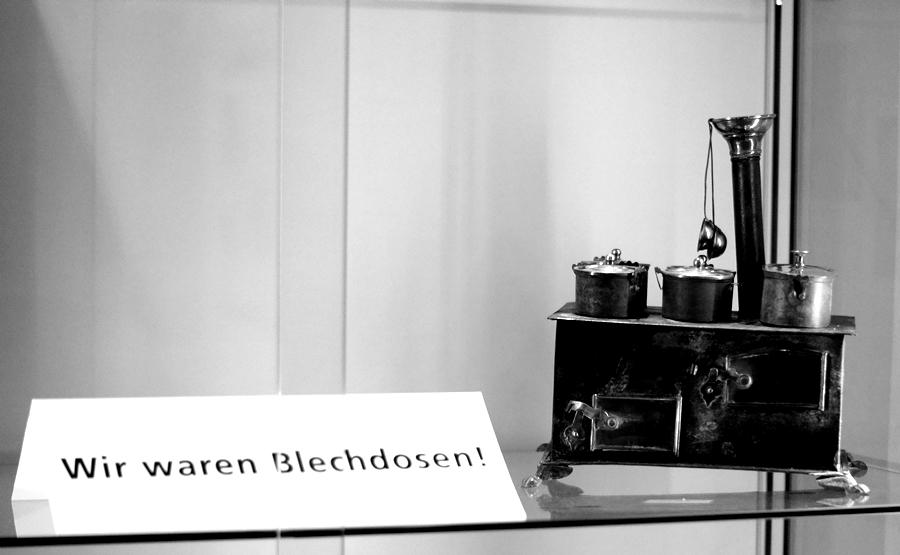 Blog + Fotografie | fim.works | Nachtansichten Bielefeld | Anstalt Bethel | Ausstellung BroSa | alte Puppenküche aus Blechdosen, Infoschild
