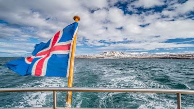 Bandera de Islanda en la proa de un barco