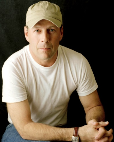 Foto de Bruce Willis posando con gorro