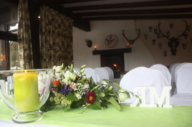 Freie Trauung, Frühlingsdekoration Herbsthochzeit mit bunten Wiesenblumen im Hochzeitshotel Garmisch-Partenkirchen Riessersee Hotel Bayern, heiraten in den Bergen