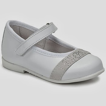 37305850ad0d Επιλέξτε παπούτσια που να αγκαλιάζουν την μικρή πατουσίτσα. Να είναι  κλειστά από μπροστά και να προστατεύουν την φτέρνα. Τα πρώτα βηματάκια των  μικρών μας ...