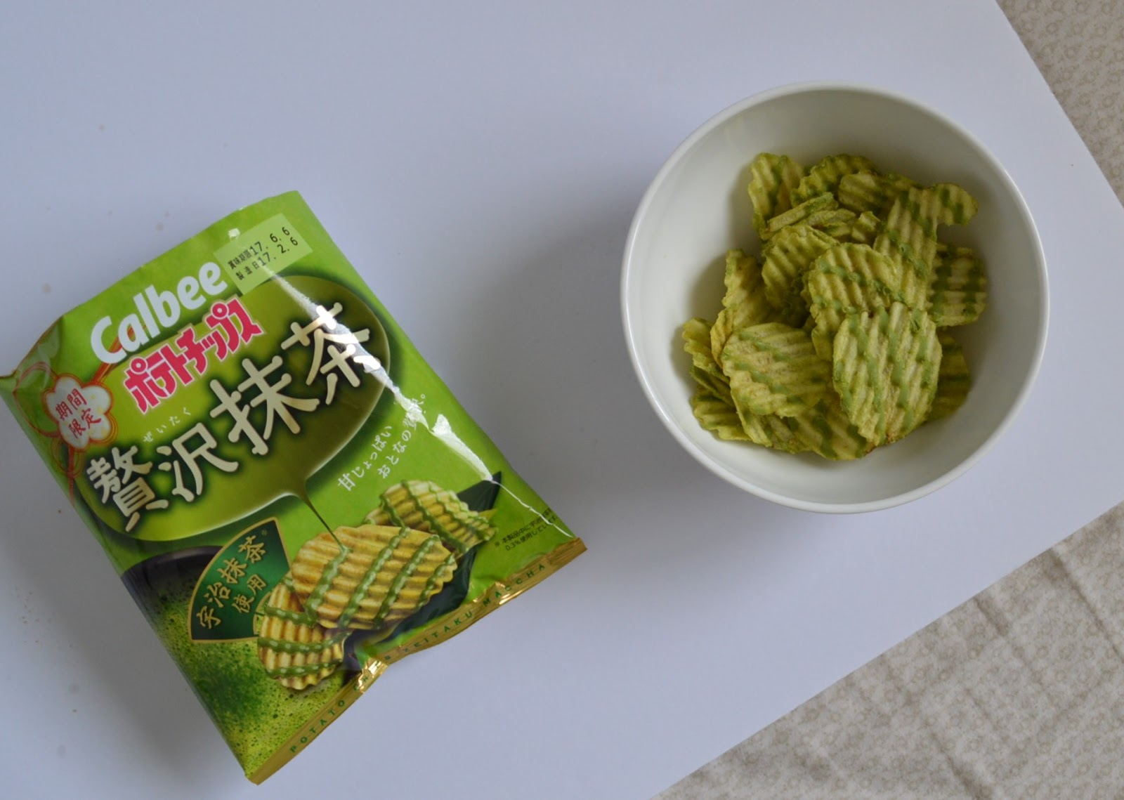 Hasil gambar untuk calbee potato chips matcha