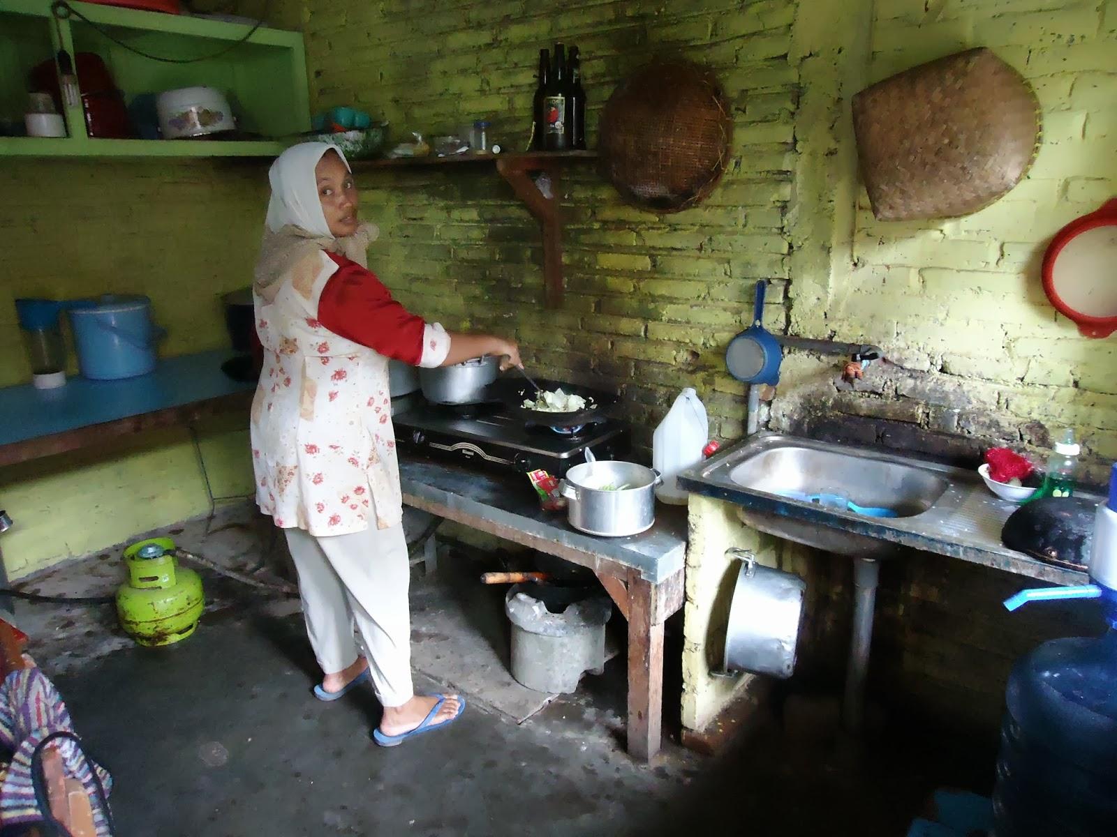 Dapur Umum Ini Lola Oleh Ibu Lilik Beliau Warga Kaloran Kec Ngronggot Yang Sejak Tahun 90 An Telah Bekerja Di Lingkungan Pondok Pesantren Darush