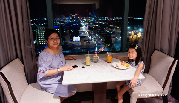 Radisson Blu Cebu - Radisson Blu business class room - Bacolod blogger - Bacolod mommy blogger - mother and daughter bonding - family travel - Cebu hotel