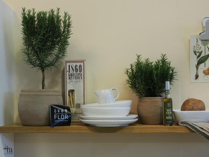 avohylly ja astioita Åblogitalon keittiössä Rakenna ja Sisusta -messuilla