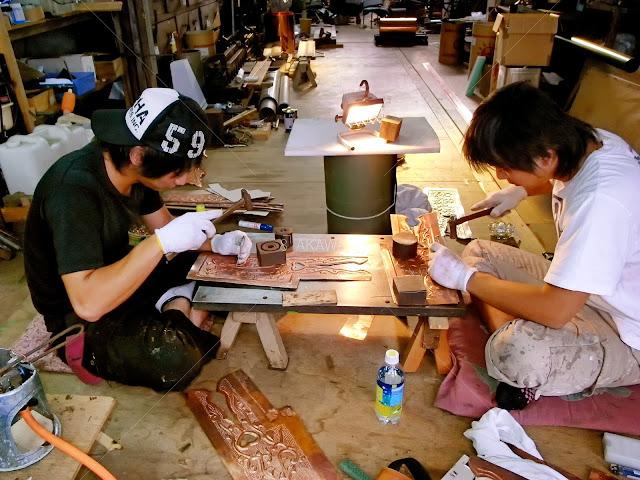 奈良県田原本町 津島神社 祇園神社 拝殿の飾り金物の魚々子(ななこ)を打つ二人