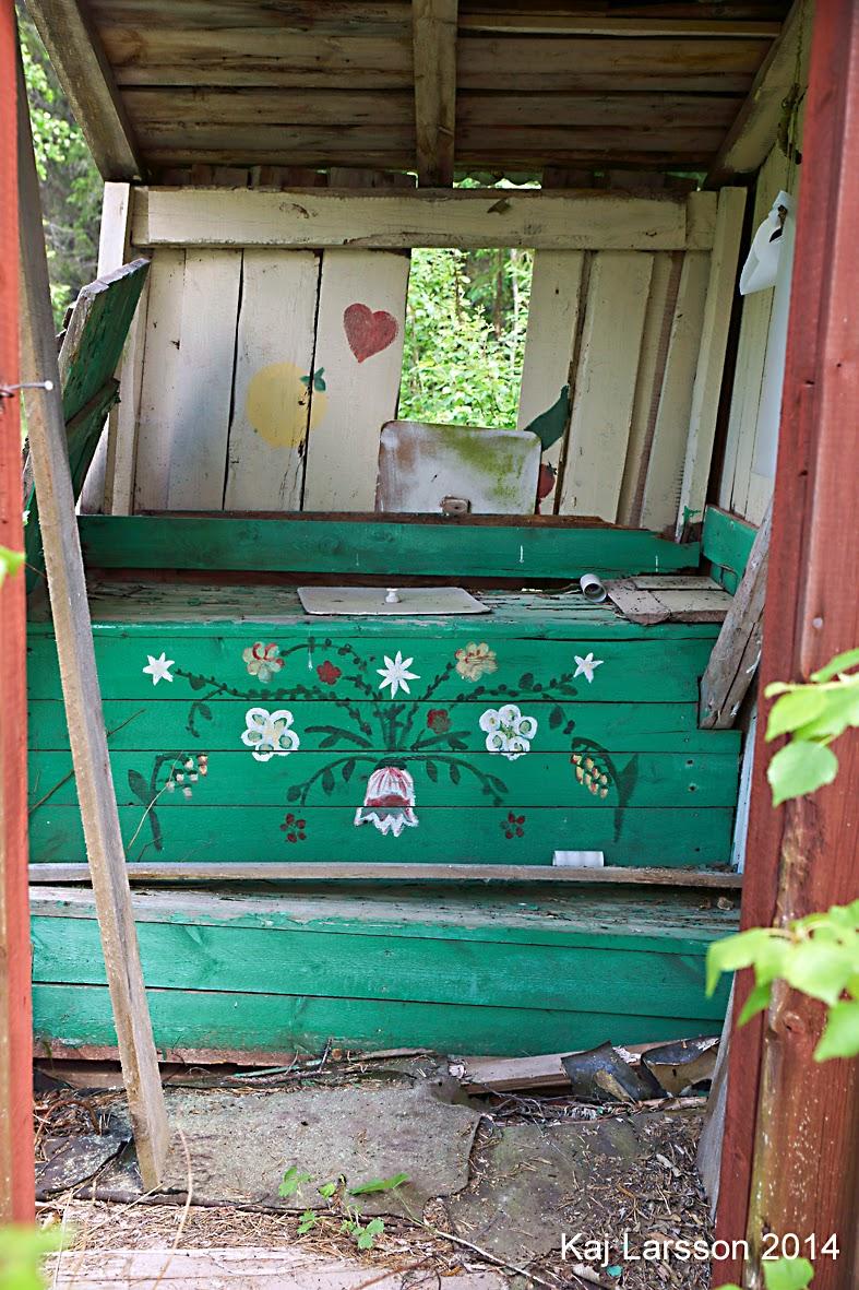 Glesbygdsbilder: ett litet rött övergivet fritidshus i norra ...