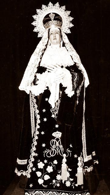 """Virgen de la Soledad, la """"Virgen Guapa"""". Real cofradía de Minerva y Vera Cruz. León. Foto José Antonio Díez. Revista Minerva y Vera Cruz, 2003."""