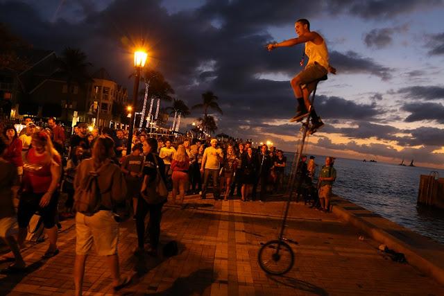 Malabarismo em Mallory Square no Por do sol em Key West