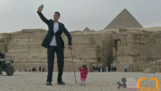 غرائب| أطول رجل وأقصر امرأة في العالم يزوران الأهرامات