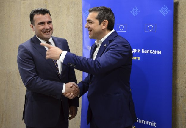 Τρέχει στα Σκόπια να καλλωπίσει τη ζημιά