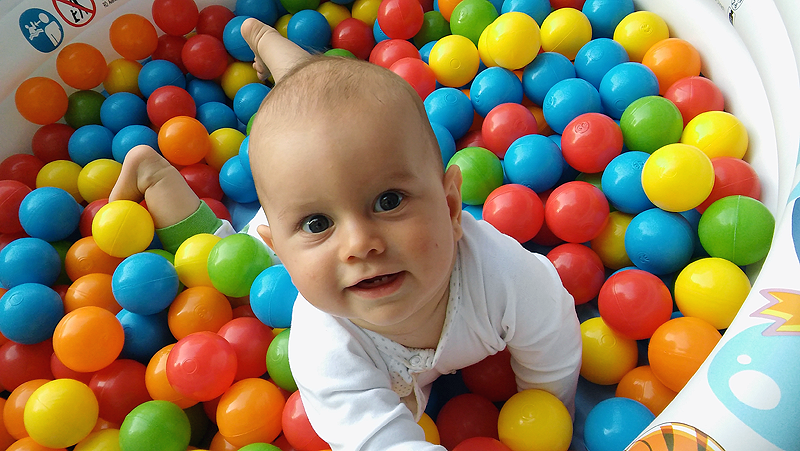 Kamienie milowe. Prawidłowy rozwój niemowląt od 6 do 9 miesiąca życia.
