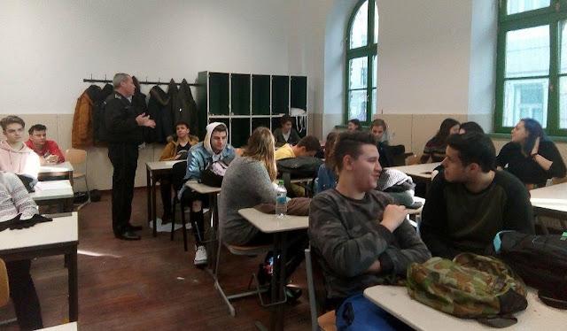 Elevii de la la Liceul Nikolaus Lenau,  instruiţi de poliţişti cum să gestioneze violenţa
