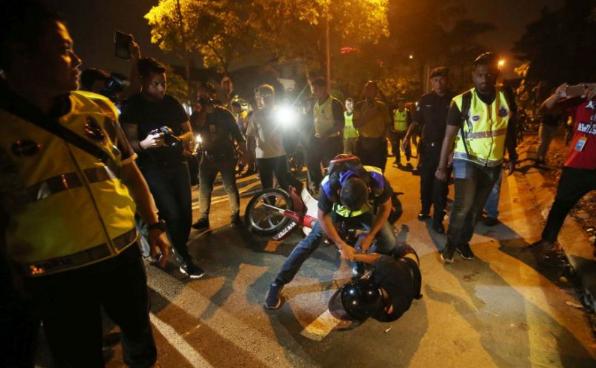 polis tahan perusuh