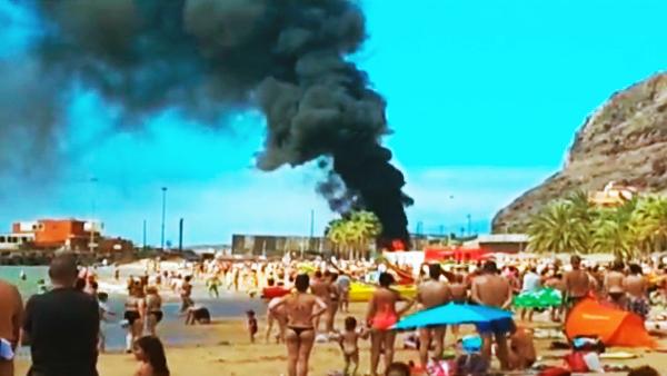 Incendio de una auto-caravana, Tenerife, playa La Teresistas