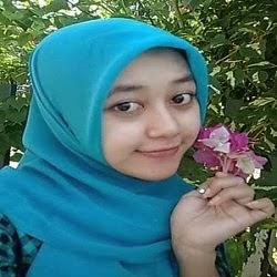 Cewek Cantik Memetik Bunga