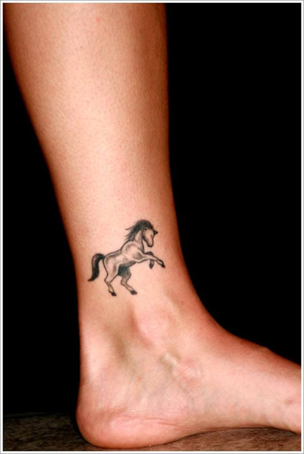ayak bileğine küçük at dövmesi