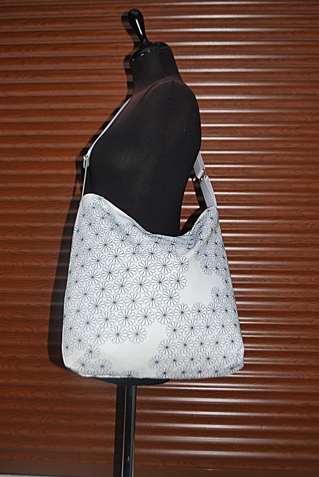 Monaline design blog  Fehér alapon szürke virágos pakolós táska 4e12a1fa98