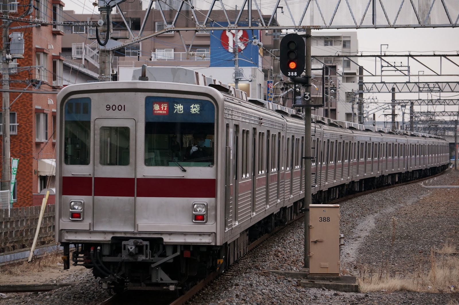 東武東上線若葉駅を発車する9000系電車