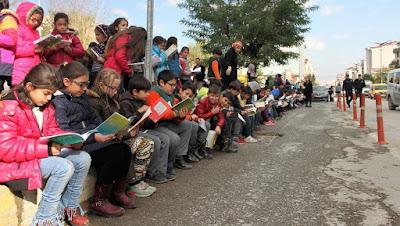 Muş'ta 9 bin öğrenciyle kaldırımda kitap okuma etkinliği