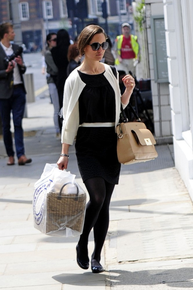 "PIPPA MIDDLETON LOOK  CARDIGAN: Indi, cashmere by Tania  £235.00    TOP: Alice by Temperley  FALDA: Sandro   ANTEOJOS: Chanel 5205   BOLSO: €561 ""The Vienna""  Milli Millu"
