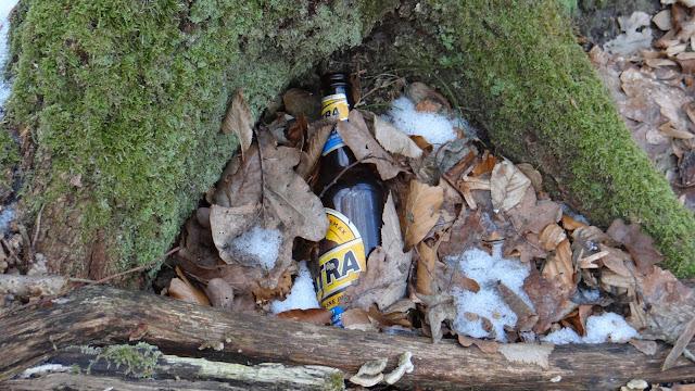 butelka tatra w lesie