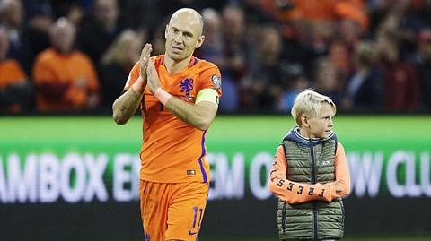 Robben vỗ tay chúc mừng chiến thắng
