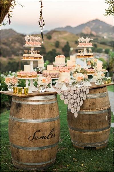 Dica-de-decoracao-para-casamento-estilo-shabby-chic-mesa-principal-com-barril