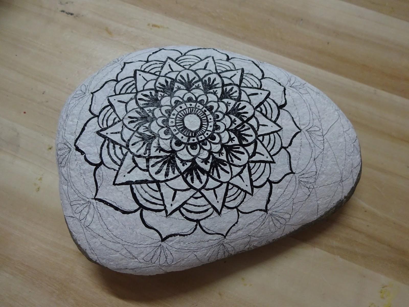 Piedras pintadas a mano c mo pintar un mandala sobre piedra for Como pintar piedras