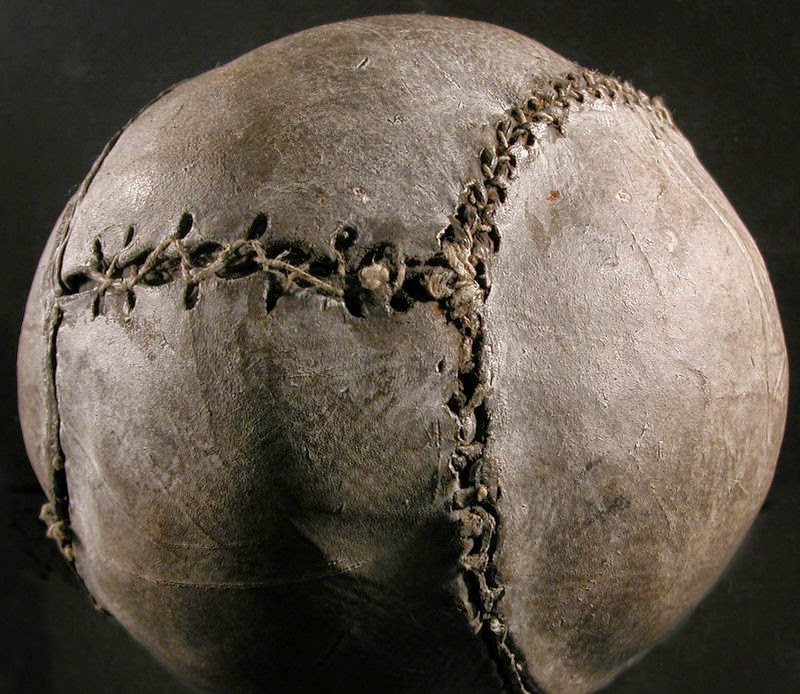 El balón más antiguo del mundo (sobre 1540) Stirling Smith Art Gallery and  Museum f94d200afa8e0