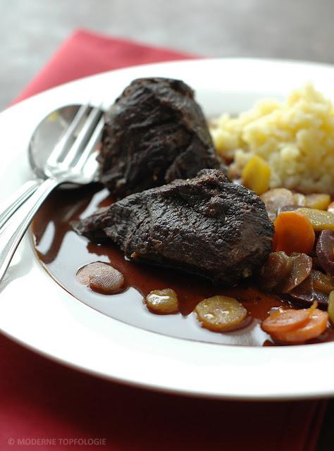 Geschmorte Ochsenbacken vom Irish-Hereford Rind mit buten Möhren und Kartoffelpüree.