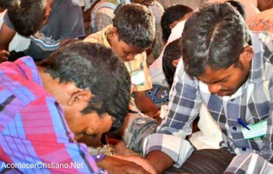 Cristianos de la india orando