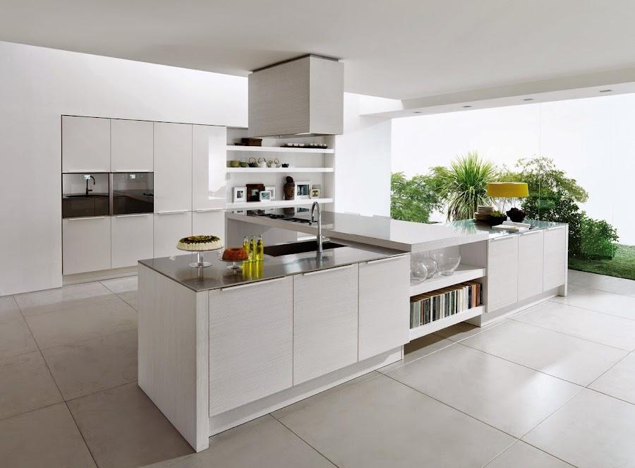 Cocina de amplias dimensiones elegante y moderna