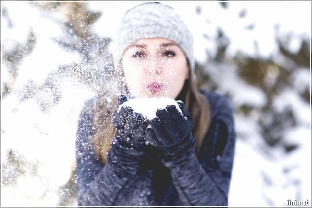 Cô gái thổi tuyết trắng mùa đông